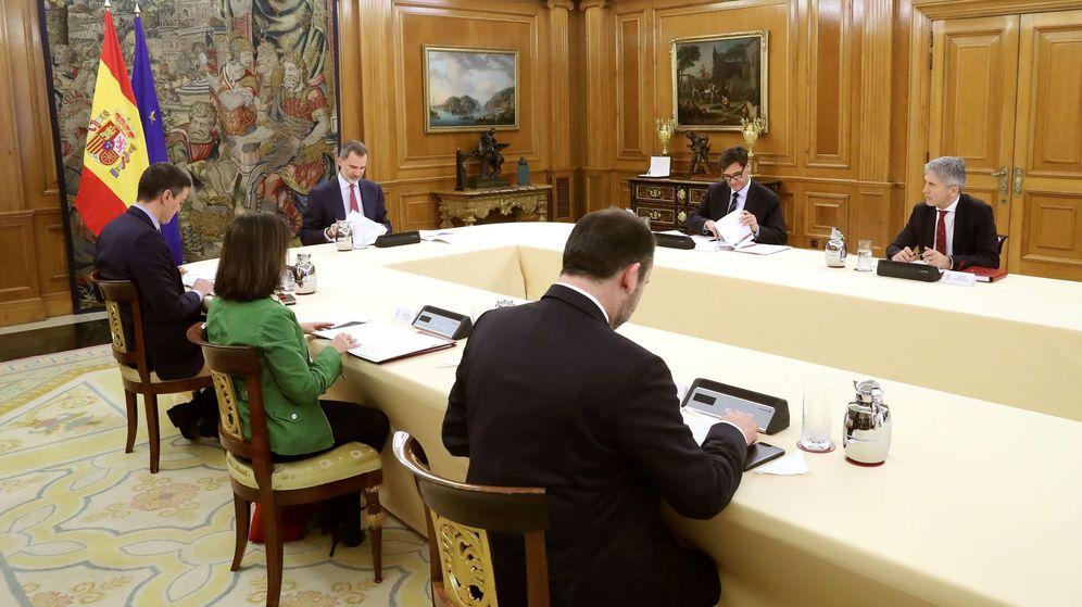 Foto: Imagen facilitada por la Casa Real de la reunión que ha mantenido este miércoles Felipe VI con el presidente del Gobierno, Pedro Sánchez, y los miembros del Comité de Gestión Técnica del Coronavirus.