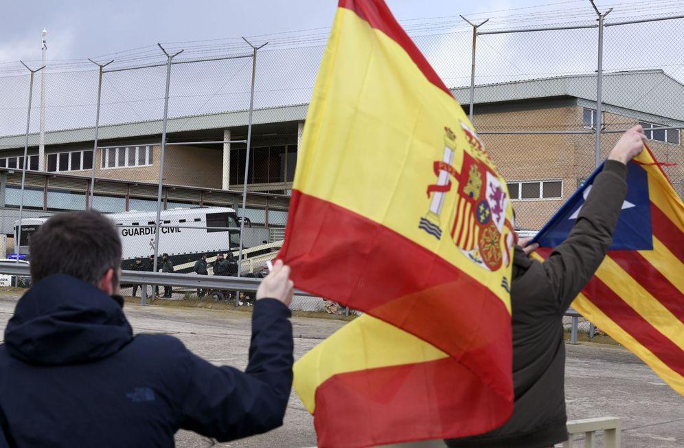 Foto: Las banderas como principal asunto de la política española.