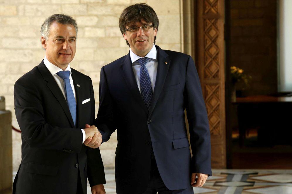 Foto: Puigdemont y Urkullu durante una reunión el 19 de junio de 2017 en el Palau de la Generalitat para abordar el proceso independentista catalán. (EFE)