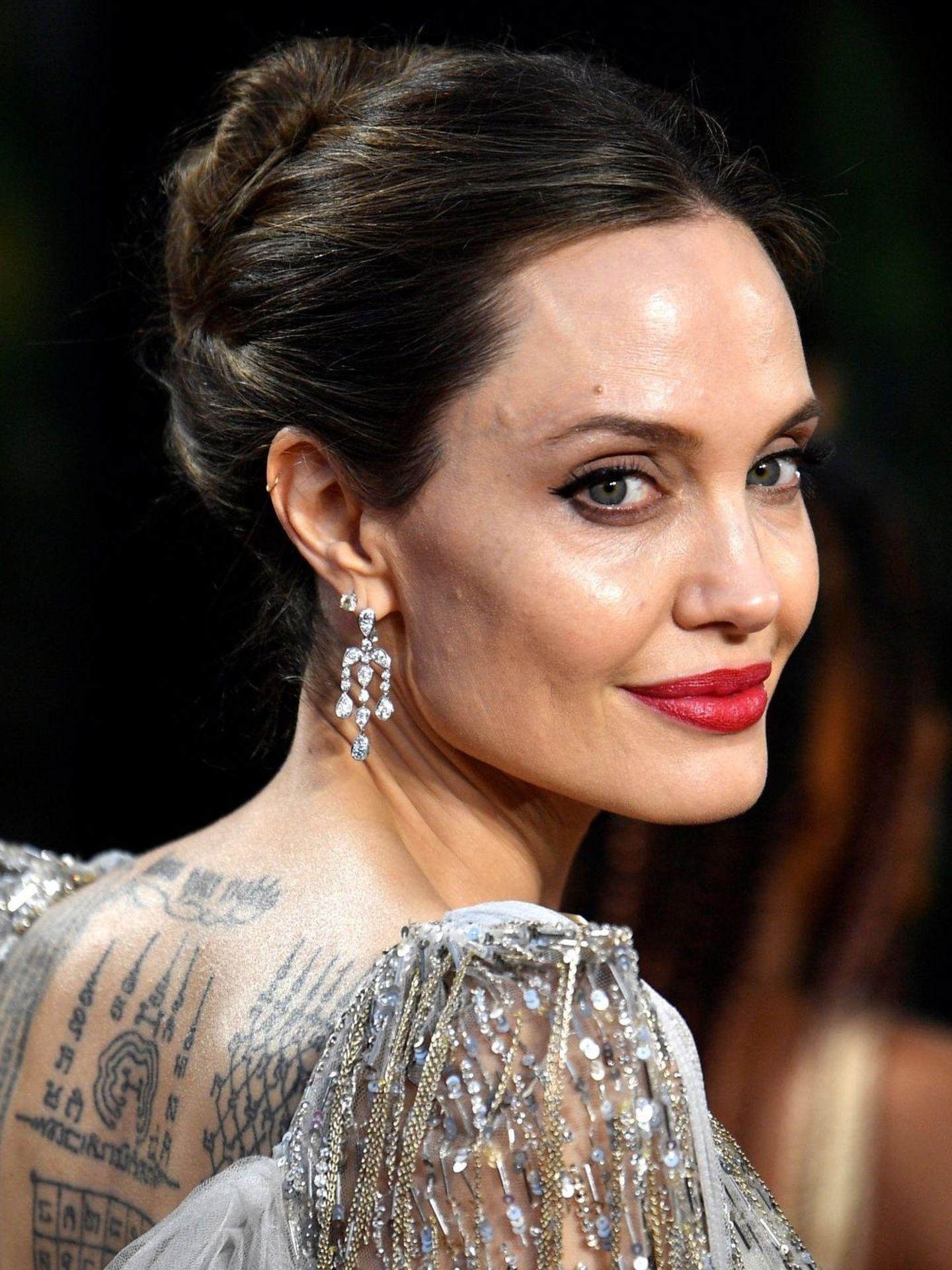 Angelina Jolie acostumbra a utilizar bases de maquillaje con tratamiento para un acabado más jugoso y una sensación más cómoda. (EFE)