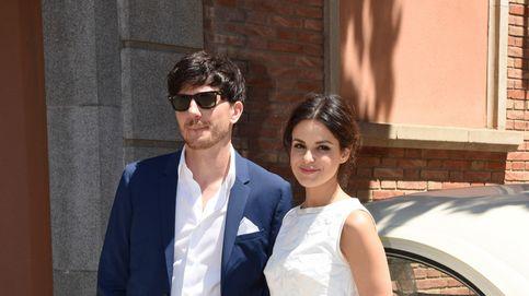 Con gafas de sol, sin corbata y con su perro: así fue la boda de Marta Torné