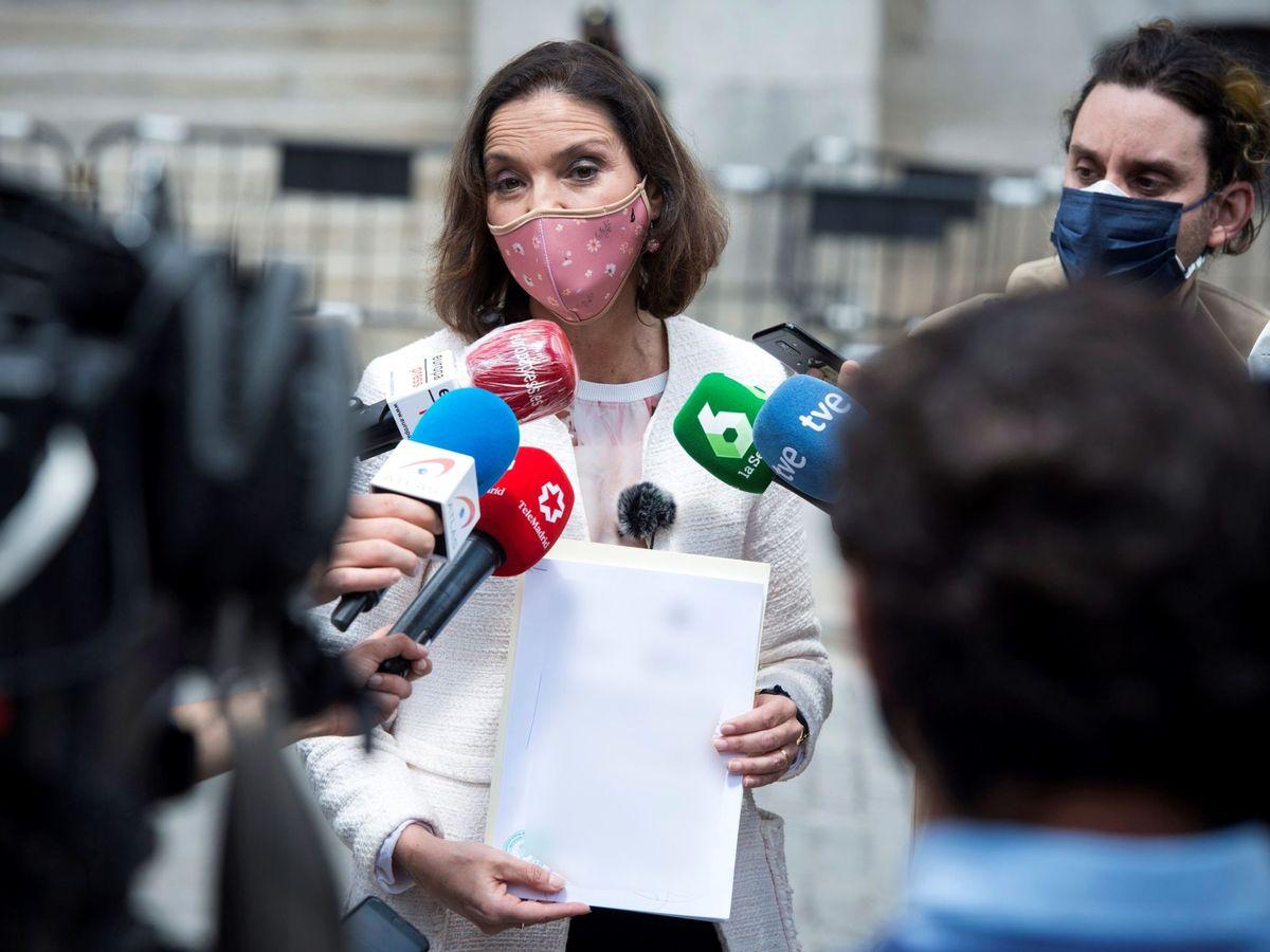 Foto: Maroto muestra la denuncia que ha presentado contra el remitente de la carta amenazante que ha recibido. (EFE)