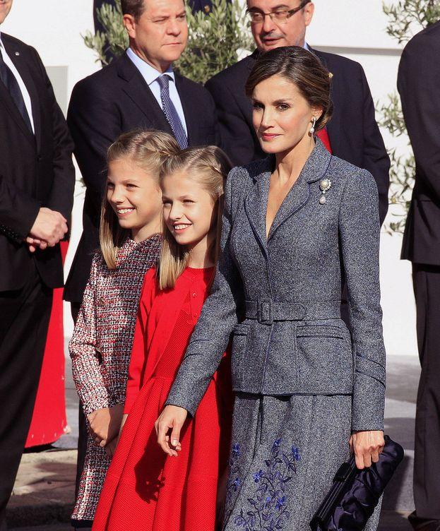 Foto: La Reina Letizia y sus hijas, Leonor y Sofía, en el desfile de la Fiesta Nacional. (EFE)