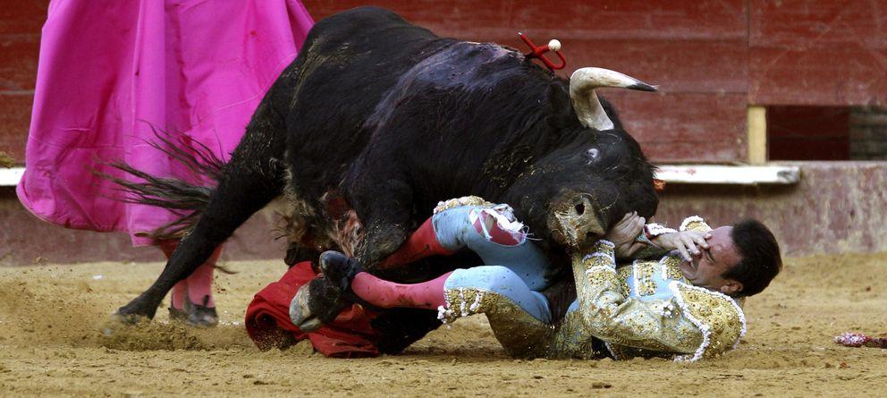 Foto: Enrique Ponce sufre una cogida en la plaza de Valencia