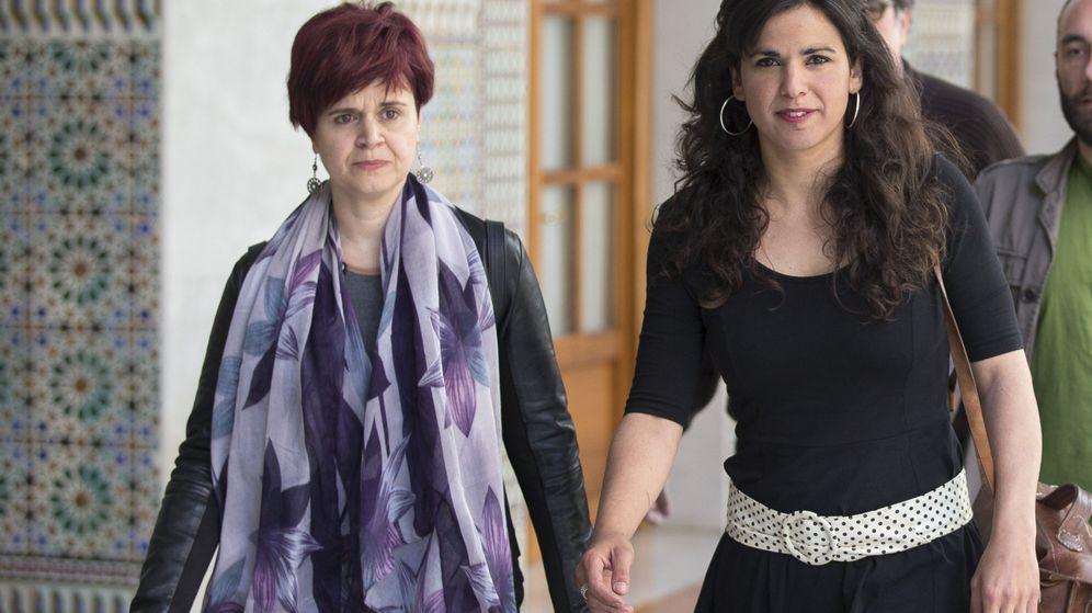 Foto: La líder andaluza de Podemos, Teresa Rodríguez, junto a la exdiputada Esperanza Gómez. (EFE)