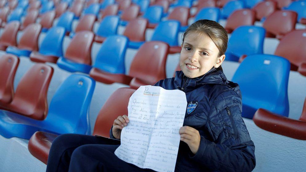 Foto: Nuria, con 8 años, pidió a Panini un álbum de cromos de la Liga Iberdrola