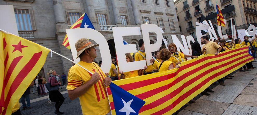 Foto: Imagen de varios manifestantes a favor de la celebración de la consulta (EFE)