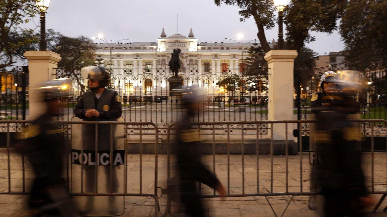 Un grupo de policías mota guardia este lunes, en el exterior del Congreso nacional, en Lima (Perú). (EFE)