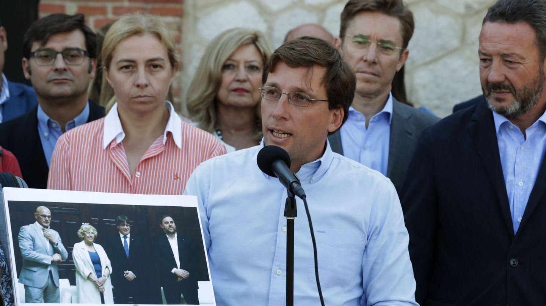 José Luis Martínez-Almeida acompañado de algunos de los concejales del PP en Madrid. (EFE)
