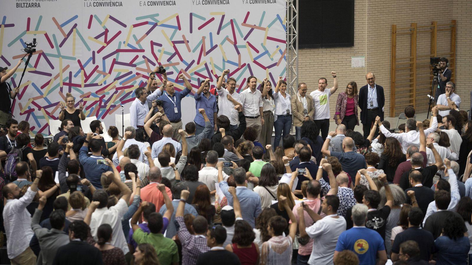 Foto: El líder rde Unidos Podemos Pablo Iglesias(c), durante la celebración Zaragoza de la asamblea extraordinaria de los cargos públicos y parlamentarios de la confederación, para defender un referéndum pactado en Cataluña. (EFE)