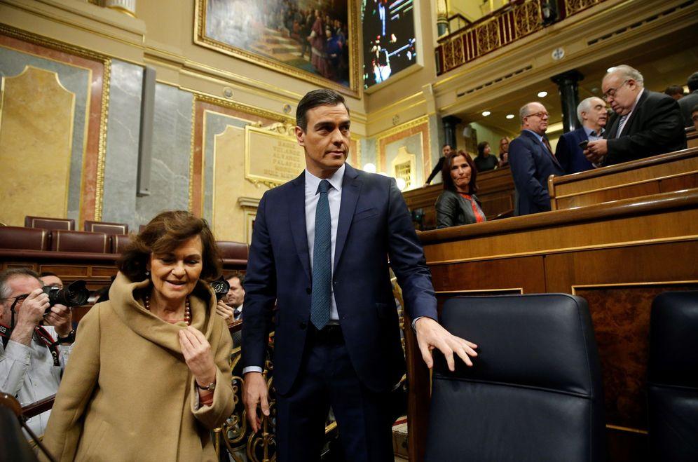 Foto: Pedro Sánchez y la vicepresidenta en funciones, Carmen Calvo, este 5 de enero en el Congreso. (EFE)