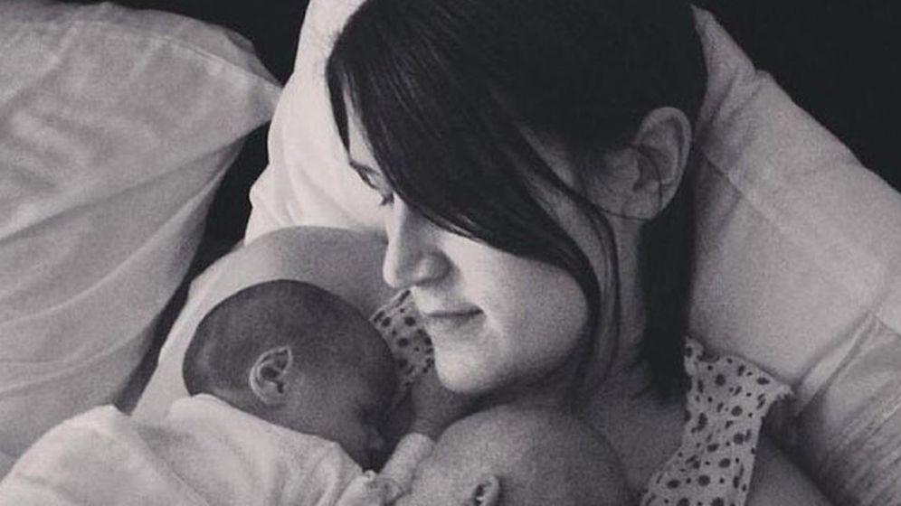 Foto: Hayle Haynes junto con sus dos gemelas conocidas como los bebés milagro (Facebook)