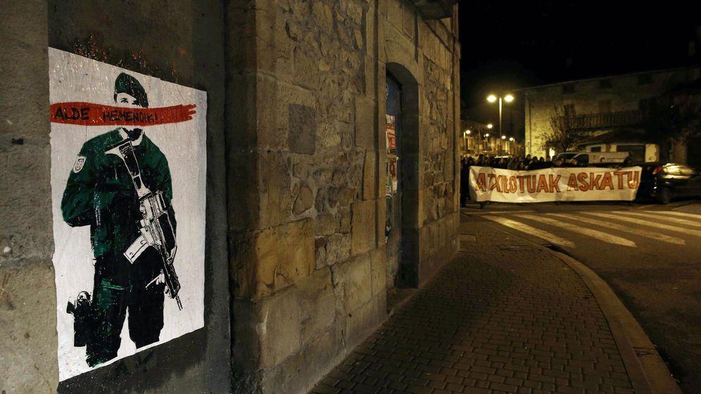 Foto: Cartel colocado hoy en la locadidad de Alsasua con la frase 'Alde Hemendik-Fuera de aquí' (Efe).