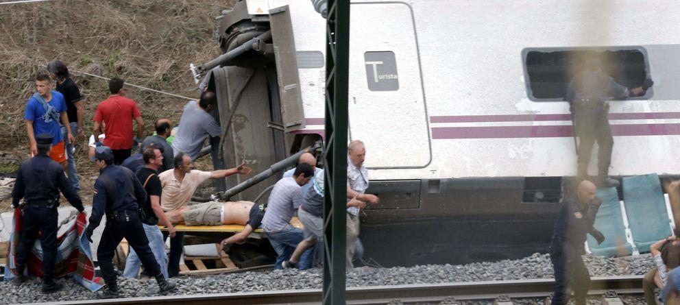 Foto: Varias personas rescatan a un herido del accidente de tren de Santiago. (EFE)