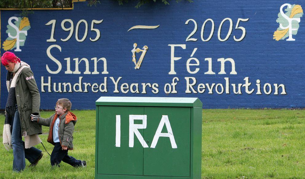 Una mujer pasa ante un mural en Belfast, en una imagen de 2004 (Reuters).