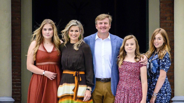 Los reyes de Holanda posando junto a sus hijas en Huis ten Bosch. (EFE)