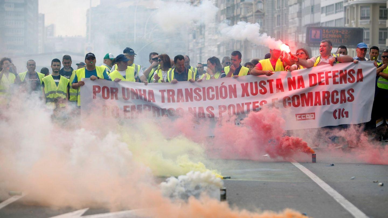 Concentración ante la Delegación del Gobierno en Galicia de afectados por el cierre. (EFE)