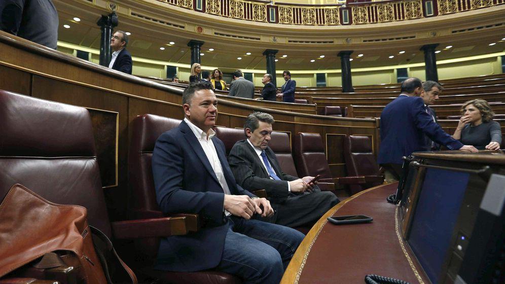 Foto: El diputado de Podemos, agente en excedencia de la Guardia Civil, Juan Antonio Delgado, (izq.), en su escaño del Congreso. (EFE)
