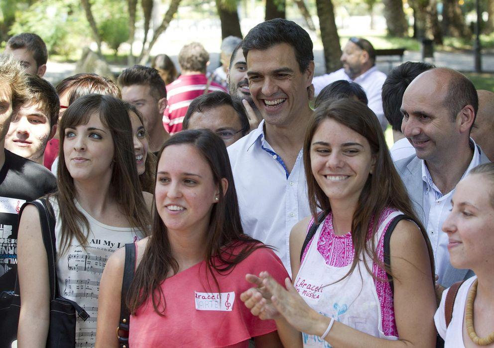 Foto: Pedro Sánchez, con simpatizantes de Málaga. (Efe)