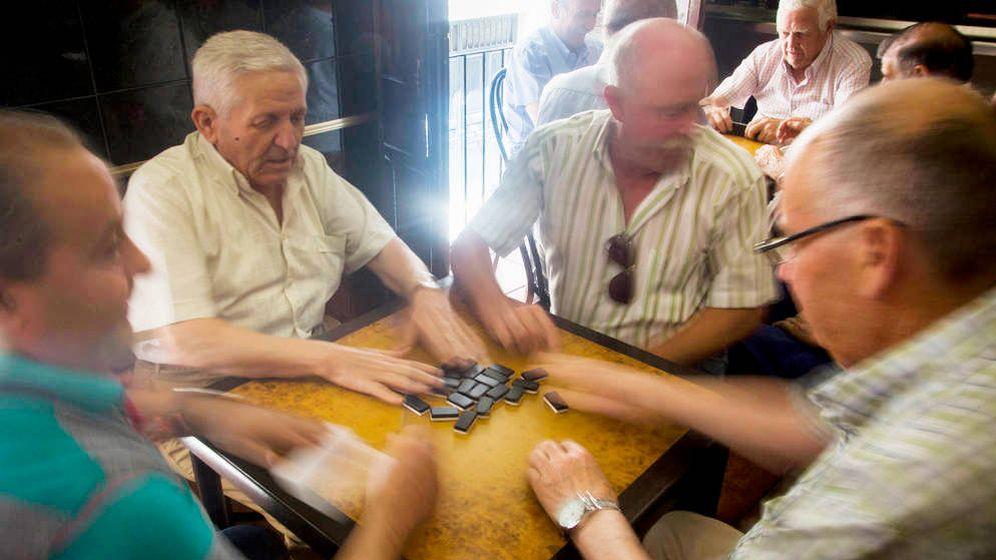 Foto: Pensionistas juegan la partida. (EFE)