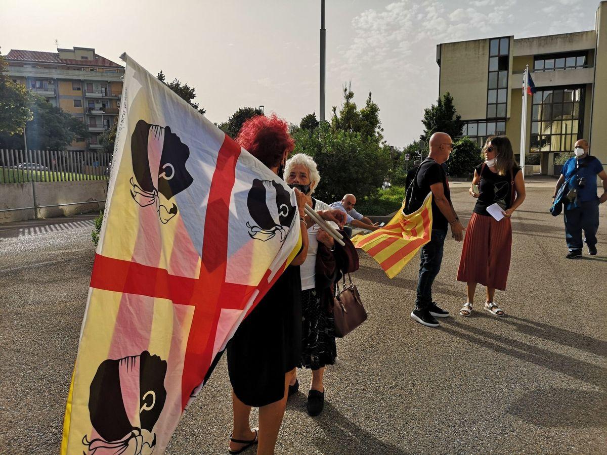 Foto: Una manifestante en Alguer, Cerdeña, ondea la bandera de Cerdeña. (EFE)