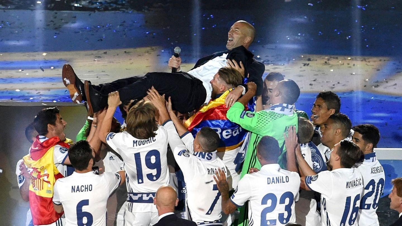 Zidane, siendo manteado por sus jugadores. (EFE)