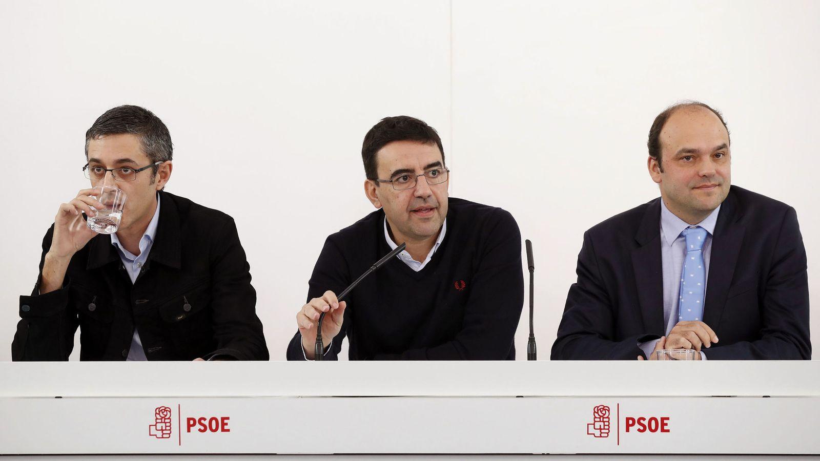 Foto: Mario Jiménez, flanqueado por los dos coordinadores de la ponencia marco, el diputado Edu Madina y el economista José Carlos Díez. (EFE)