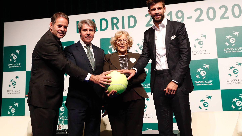 Piqué junto a Manuela Carmena –alcaldesa de Madrid– y Ángel Garrido –presidente de la Comunidad–. (Efe)