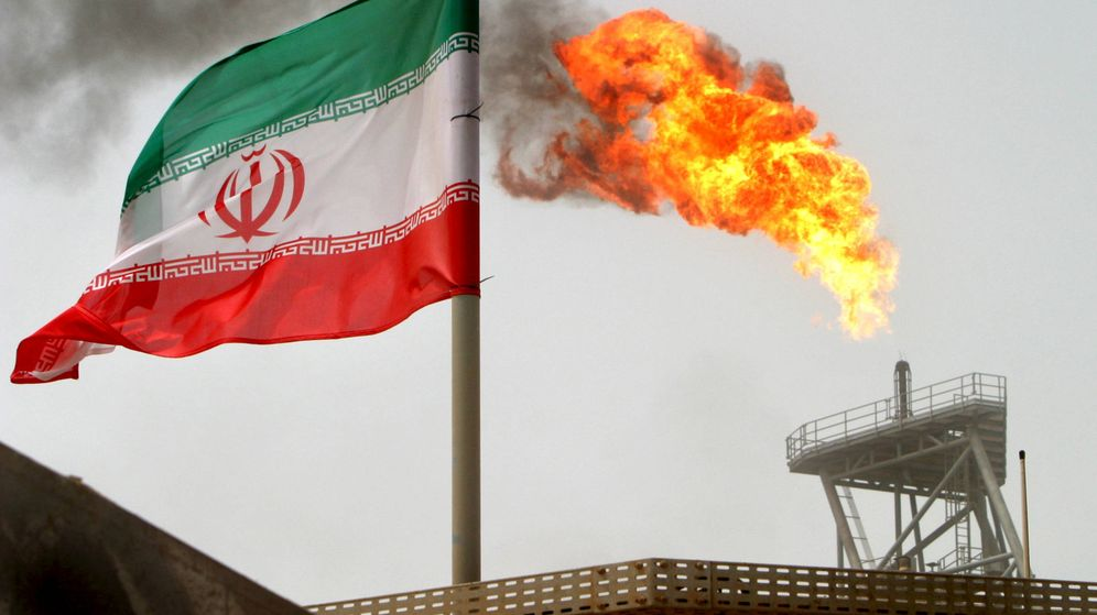 Foto: Un llama de gas surge de una plataforma de producción de petróleo del campo de Soroush en Irán. (Reuters)