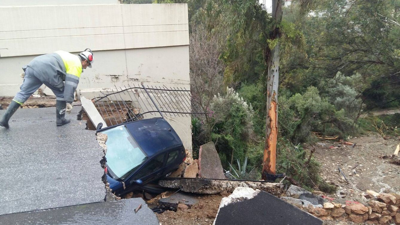 Foto: El asfalto ha colapsado en la urbanización de Cerrado Calderón, en el este de Málaga