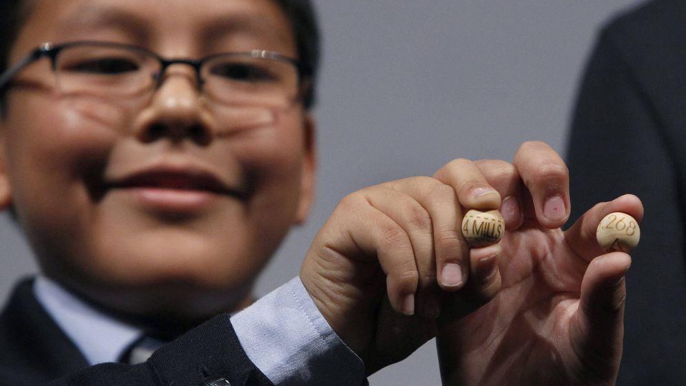 Foto: Un niño de San Ildefonso muestra la bola con el Gordo en una imagen de 2011 (EFE)