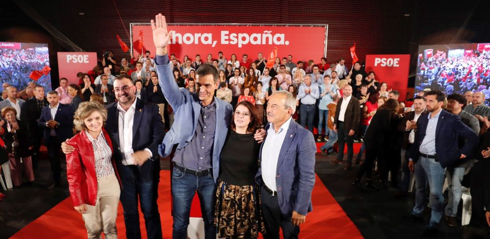Foto: Pedro Sánchez, con la ministra Luisa Carcedo, Adrián Barbón, Adriana Lastra y el exalcalde Wenceslao López, este 4 de octubre en Oviedo. (EFE)