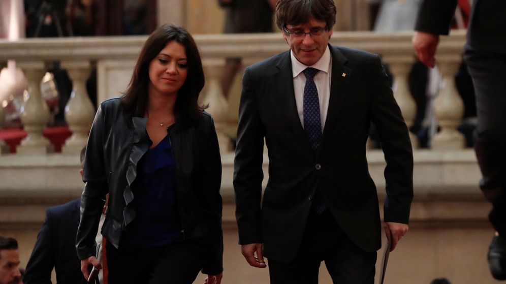 Foto: Puigdemont, en el Parlament junto a su mujer (REUTERS)