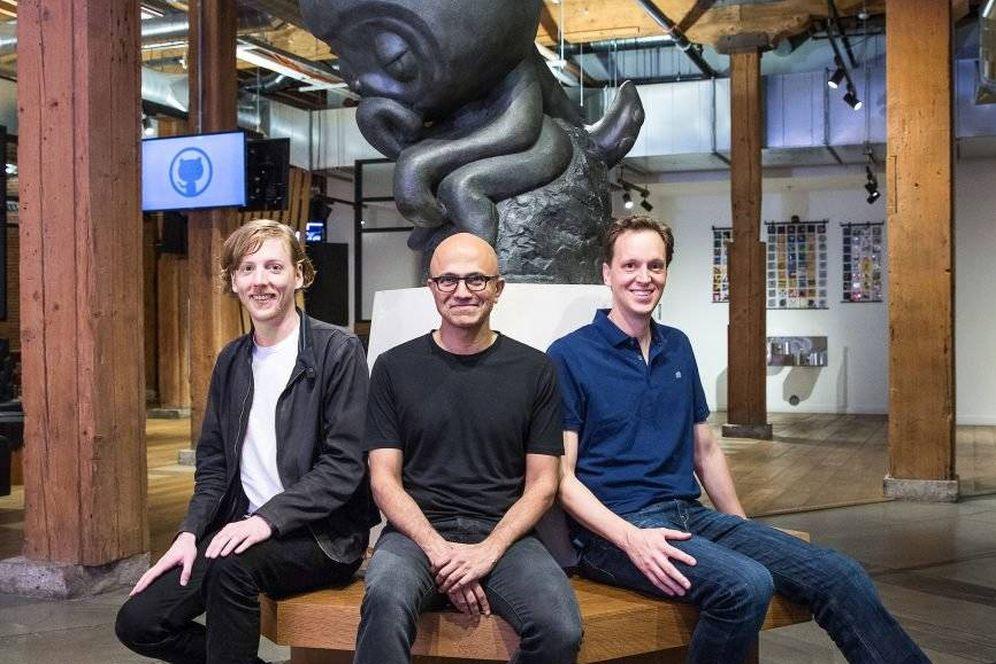 Foto: Satya Nadella (CEO de Microsoft) en el centro escoltado por dos de los creadores de GitHub (Foto: Microsoft)