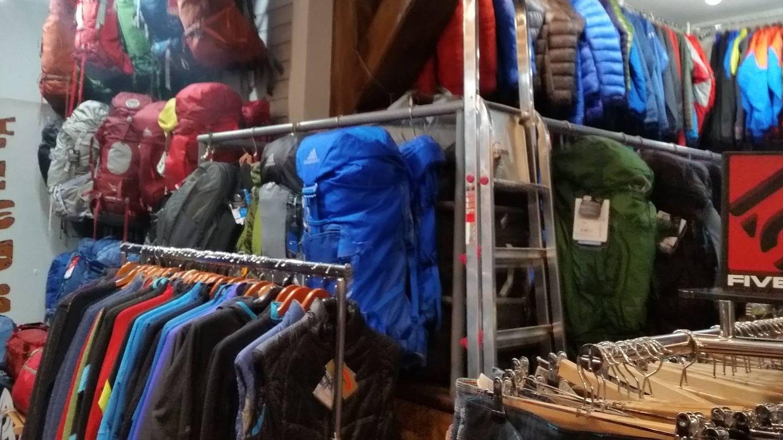 Interior de la tienda de montaña Fisuras. (A.G.)