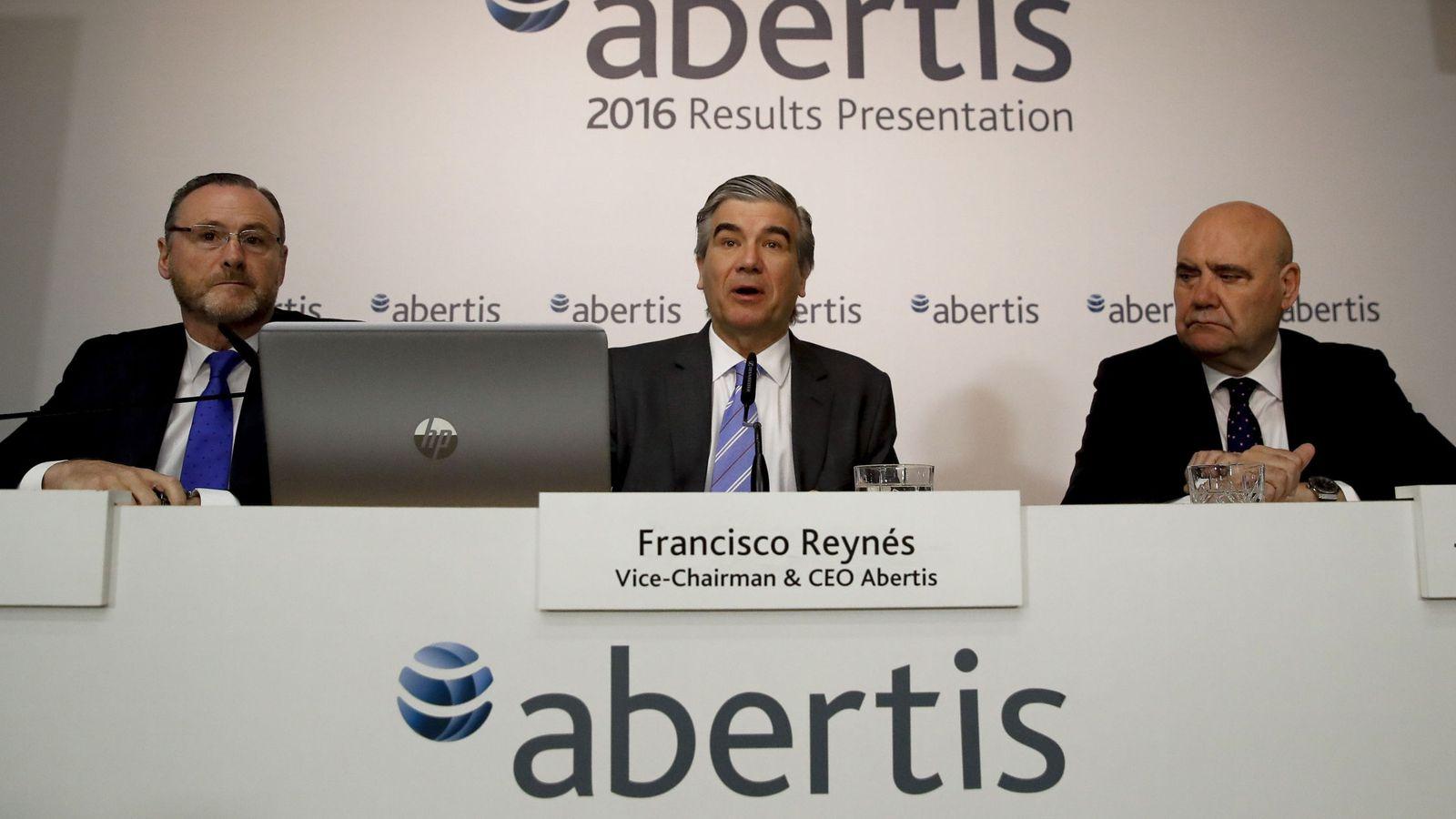 Foto: El vicepresidente y consejero delegado de Abertis, Francisco Reynés (c), junto al director general financiero y de desarrollo corporativo, José Aljaro (i), y el director de comunicación, Juan María Hernández Puertolas. (EFE)