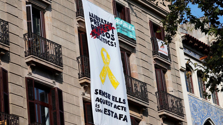Pancarta en el edificio de La Rambla de Barcelona. (EFE)