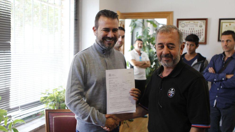 El refugiado sirio que fue zancadilleado firma su contrato en Getafe