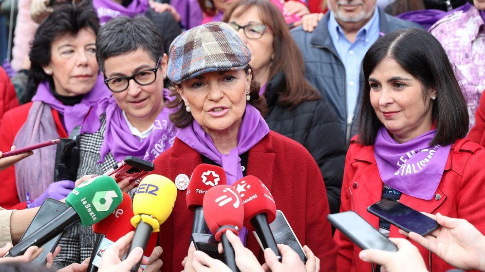 Foto: La vicepresidenta primera, Carmen Calvo, y las ministras Isabel Celaá, Arancha González Laya y Carolina Darias, en la marcha del 8-M. (EFE)