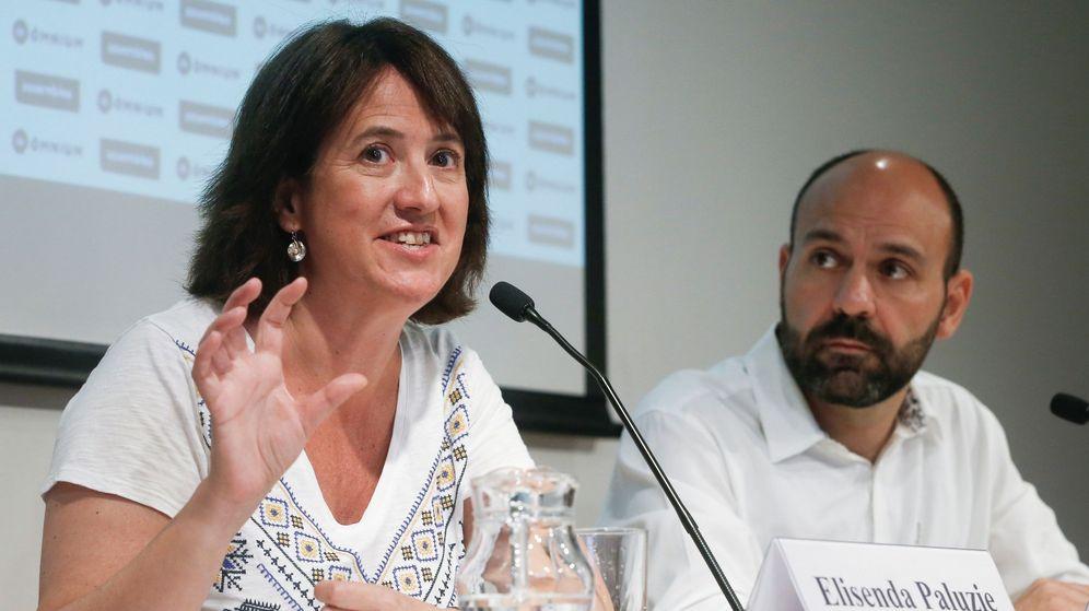 Foto: La presidenta de la ANC, Elisenda Paluzie (i), y el vicepresidente de Òmnium Cultural, Marcel Mauri. (EFE)