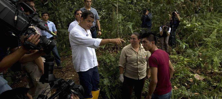 Foto: El presidente de Ecuador, Rafael Correa, visita una zona contaminada supuestamente por Chevron en Aguarico (Reuters).