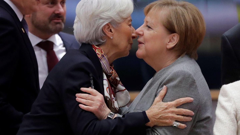 La presidenta del BCE saluda a la canciller alemana. (Reuters)