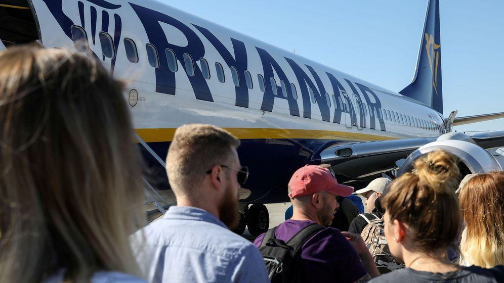 Foto: Un grupo de pasajeros embarcan en un avión de Ryanair. (Reuters)