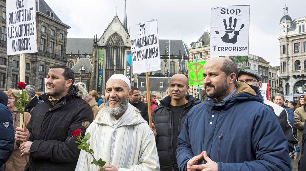 Foto: Activistas de varias organizaciones paraguas de mezquitas y musulmanes se congregan para mostrar su apoyo a las víctimas de los atentados. (EFE)