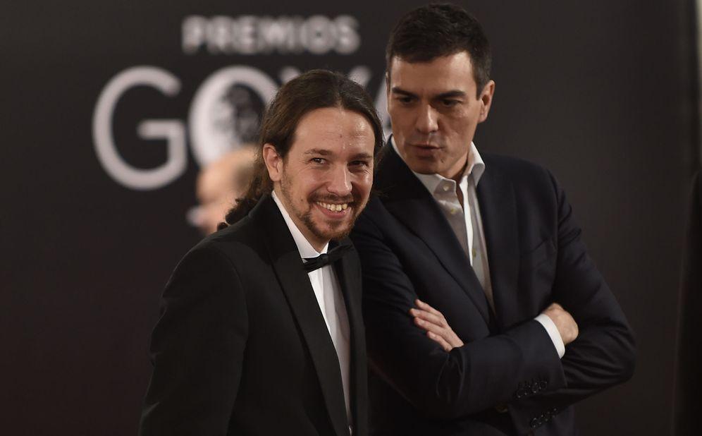 Foto: Pedro Sánchez y Pablo Iglesias conversan en el 'photocall' de la última gala de los Premios Goya, el pasado 6 de febrero en Madrid.