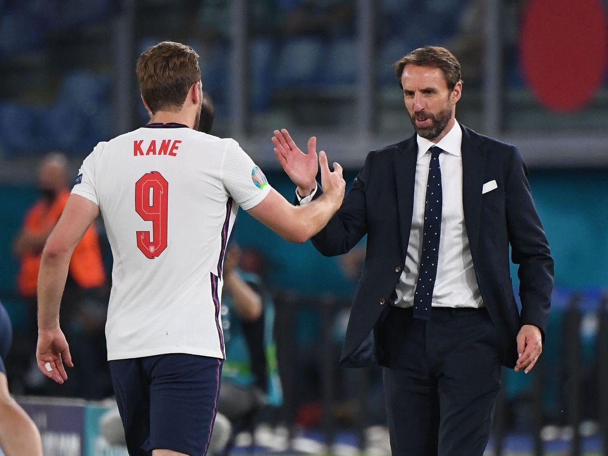 Foto: Gareth Southgate saluda a Harry Kane tras el cambio. (Reuters)