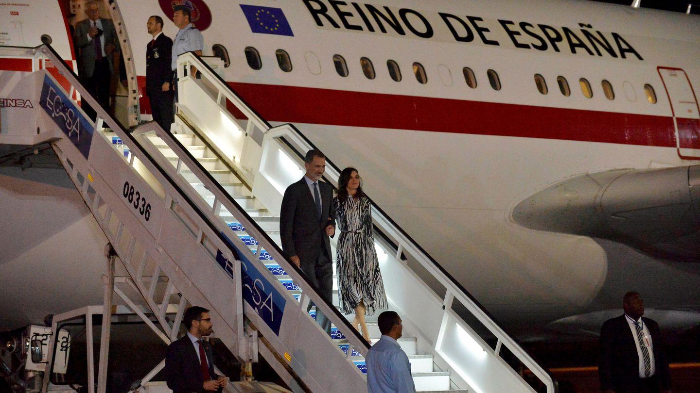 Los reyes Felipe y Letizia bajando del avión oficial. (EFE)