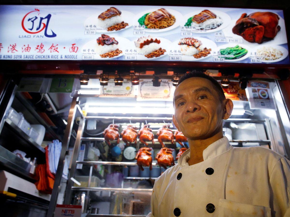 Foto: Chan Hon Meng, en su puesto de Chinatown en Singapur. (Edgar Su)