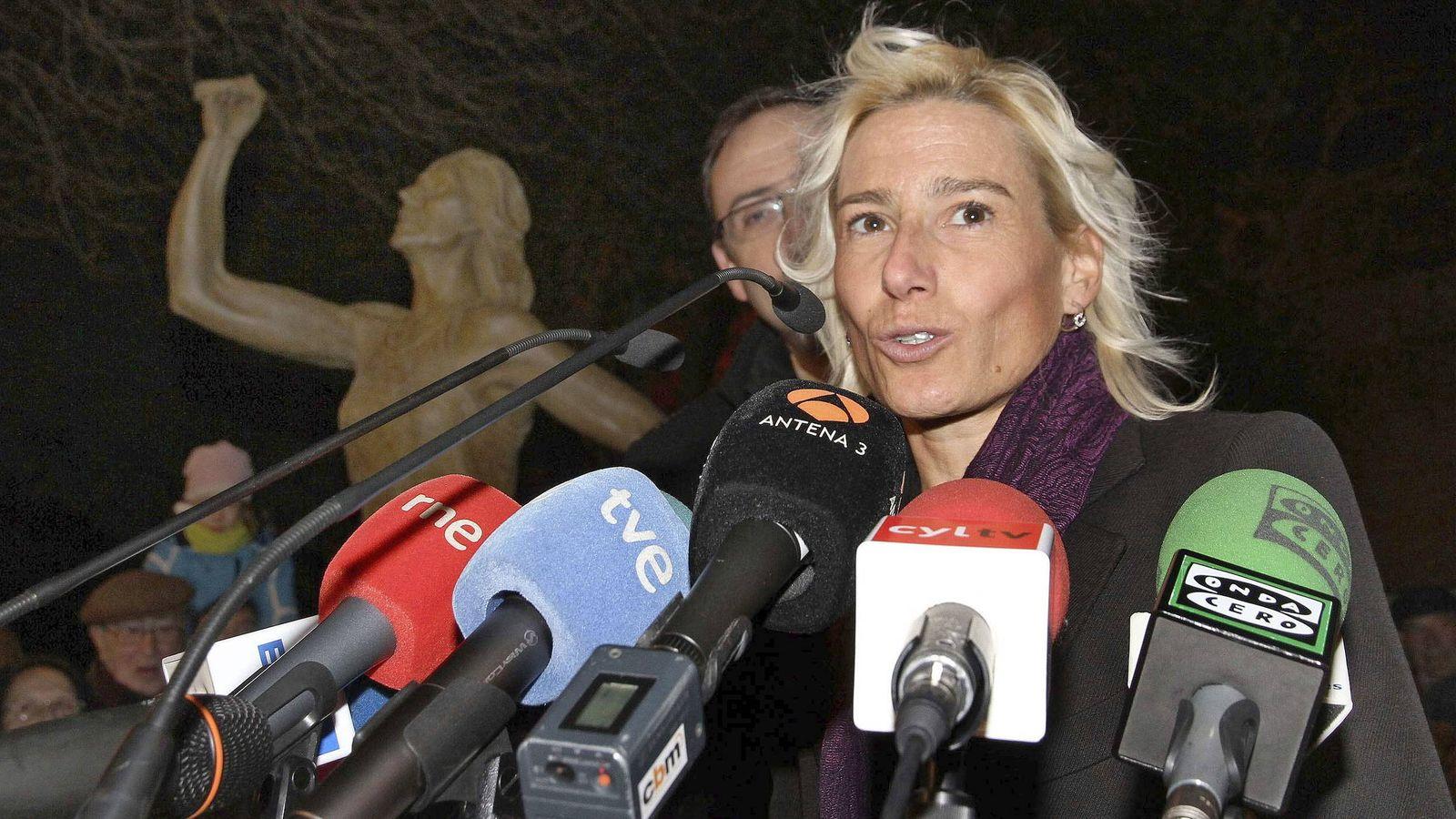 Foto: Marta Domínguez durante la inauguración de una escultura en su honor. (Bragimo/EFE)