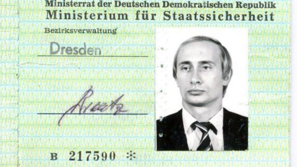 Foto: Un carné del Ministerio para la Seguridad del Estado (Stasi) de la época de Putin como espía en Dresde. (BBC)